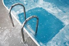 het-bevroren-blauwe-zwembad
